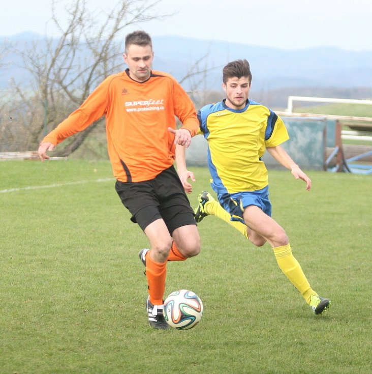 Střelec  fotbalistů Jaroslavic Pavel Švach (v oranžovém) se opět dvěma góly podepsal nad výhru proti Mladcové.