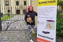 Plyšová nosnice Alšounka pokračuje ve své cestě po Zlínském kraji. Po návštěvě Vsetína, Zlína a Kroměříže přiletí ve čtvrtek i do Uherského Hradiště. Také tam bude bojovat za zákaz klecových chovů slepic.