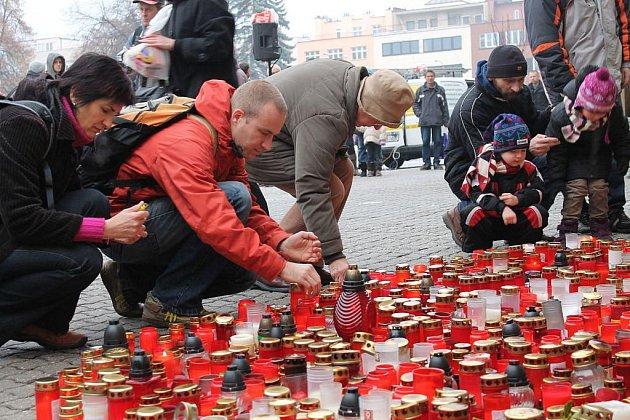 Hrozen lidí obsypal v pátek před polednem budovu zlínského magistrátu. Naposledy se sem přišli rozloučit s Václavem Havlem, který zemřel v neděli 18. prosince.