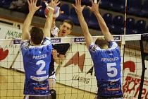 Zlínští volejbalisté (v modrém) v sobotním 11. kole extraligy doma hladce 0:3 podlehli Příbrami. Na snímku Jiří Vašíček.