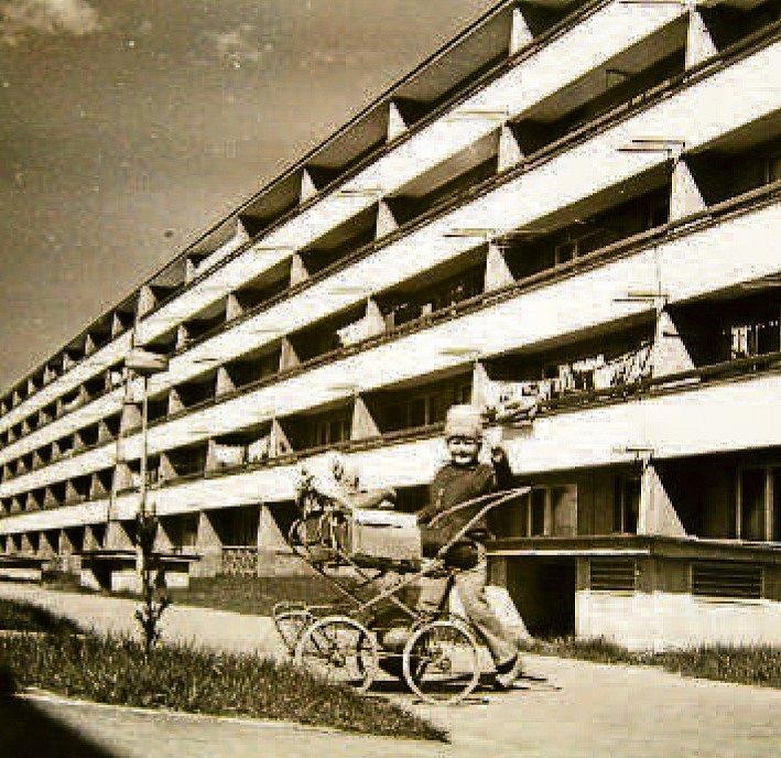 VÝSTAVBA SÍDLIŠTĚ. Ulice Nad Stráněmi, Slunečná a zastávka v ulici Slunečná. V sedmdesátých letech mladé sídliště. Stavěly se domy, silnice, chodníky, zastávky.