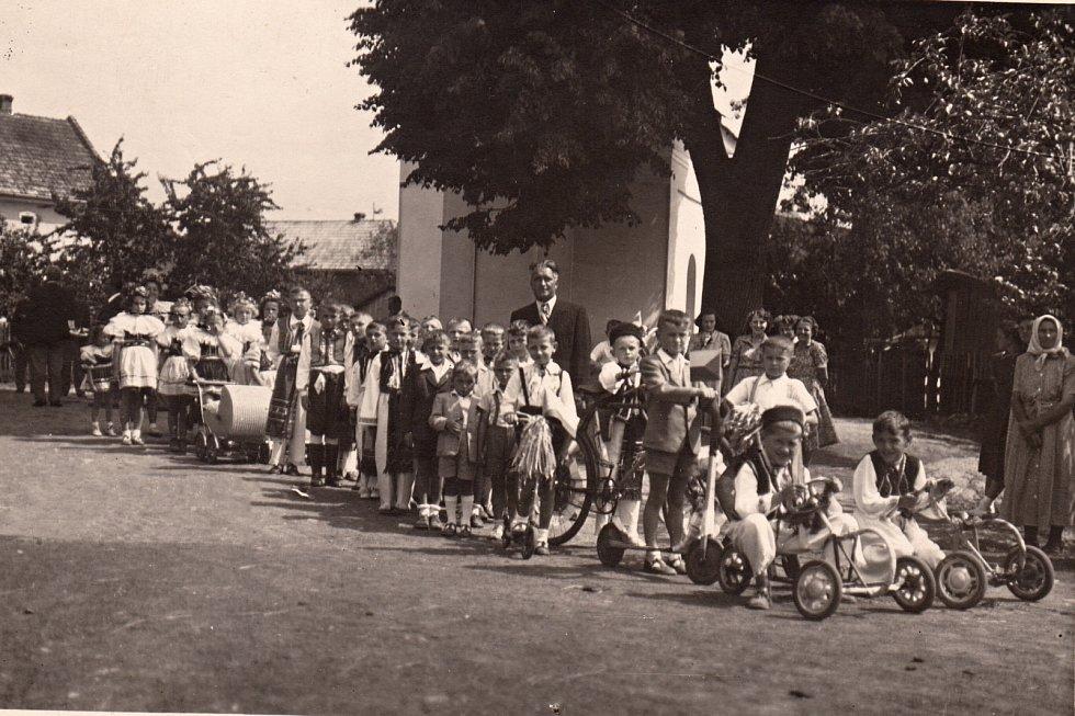 CCA 1950-1953. Školní slavnost pocházející ze zmíněných let.