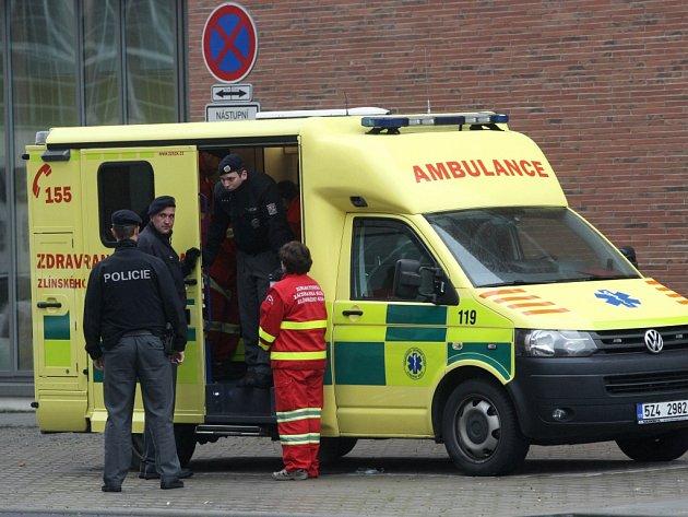 Sanitka a policie u budovy U 15 fakulty technologické ve Zlíně.