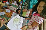 Vzdělávání dětí o luskounech v knihovně v terénní oblasti programu.