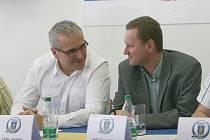 Generální manažer PSG Zlín Karel Adamík (v bílém) a primátor Zlína Miroslav Adámek