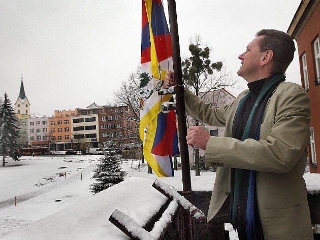 Zlínský primátor Miroslav Adámek ve čtvrtek 10. března vyvěsil na budovu radnice tibetskou vlajku na podporu tohoto Čínou utlačovaného národa.