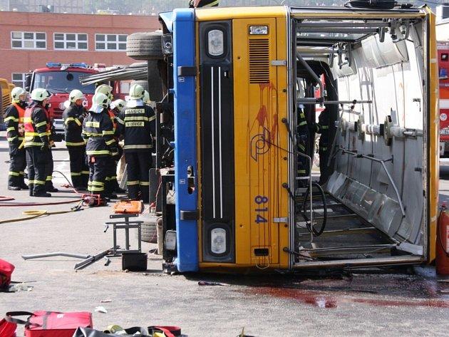 Cvičení: hasiči z pěti jednotek zachraňovali zraněné po havárii autobusu.