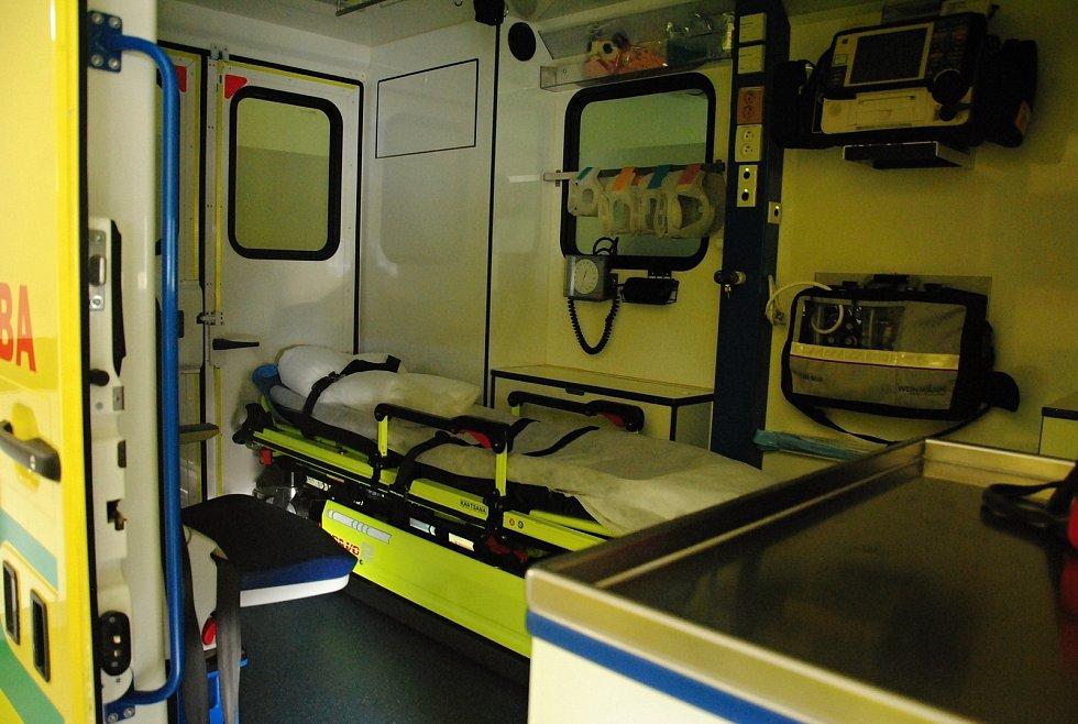 Interiér sanitky, kterou při výjezdech využívají záchranáři na Rožnovsku