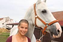 Alexandra Hanáčková z Bělova vyhrála o prázdninách na Mistrovství České republiky v drezurních závodech v kategorii mladších juniorů. Konaly se v Hradištku u Sadské.