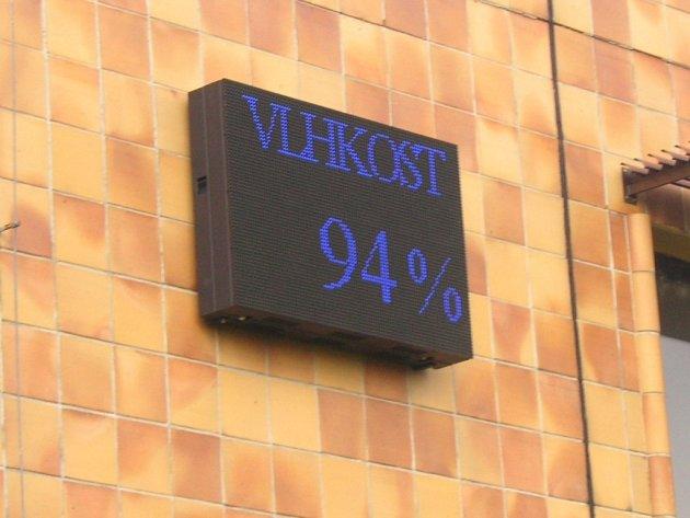 V Otrokovicích mají od středy novou monitorovací stanici. Sledovat kvalitu ovzduší tak mohou lidé sledovat na světelném panelu v centru města.
