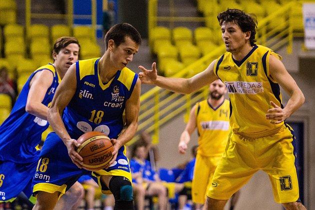 Jan Kadlčík (v modrém)