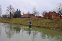 """I na řece Dřevnici můžete spatřit """"surfaře"""" – Dušan Riedl zkouší """"Stand Up Paddleboard""""."""