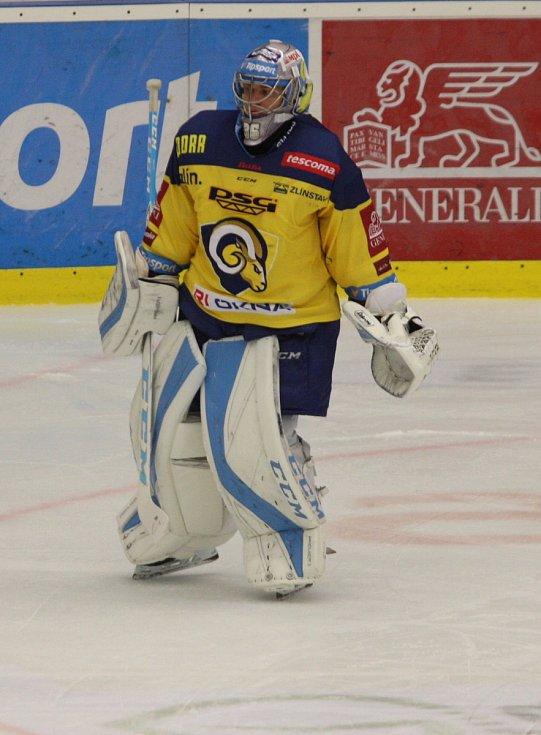 Extraligoví hokejisté Zlína (ve žlutém) ve 12. kole doma hostili Olomouc. Na snímku Jakub Sedláček