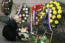 Dvacet let od sametové revoluce si připomnělo včera i město Zlín. Oslavy začaly tradičním kladením květin a věnců u Památníků obětem komunismu na náměstí Míru.