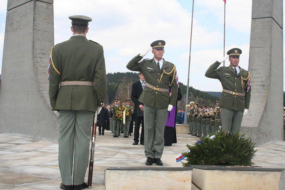 Smtuné 66. výročí vypálení osady Ploština si v neděli 17. dubna připomněla řada význmaných osobností včetně pamětníků té doby.