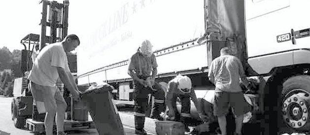 VČASNÝ ZÁSAH. Hasičům se díky brzkému příjezdu podařilo zabránit úniku dalších 400 litrů nafty. I díky tomu neměla nehoda vážnější následky pro životní prostředí.