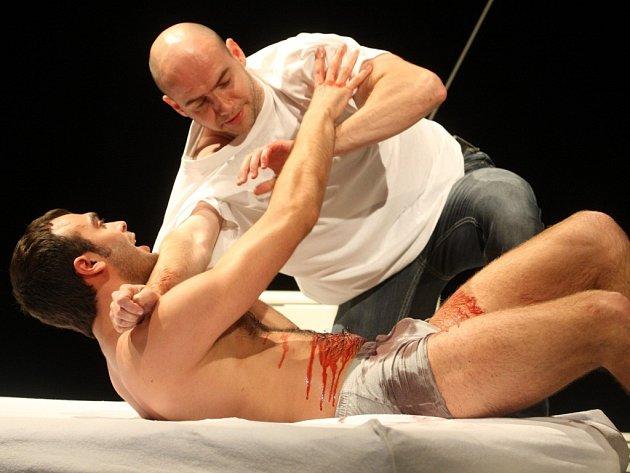 Hra Příběhy obyčejného šílenství v divadle ve Zlíně. Nahoře Pavel Vacek, dole Roman Blumaier