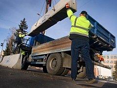 Křižovatka Antonínova, která představuje nový vjezd do zlínského svitovského areálu, je od páteku 16. prosince otevřena. I když mnohamilionová silniční stavba byla hotova už několik měsíců, vjezdu do Svitu bránily betonové panely. Ty silničáři odstranili