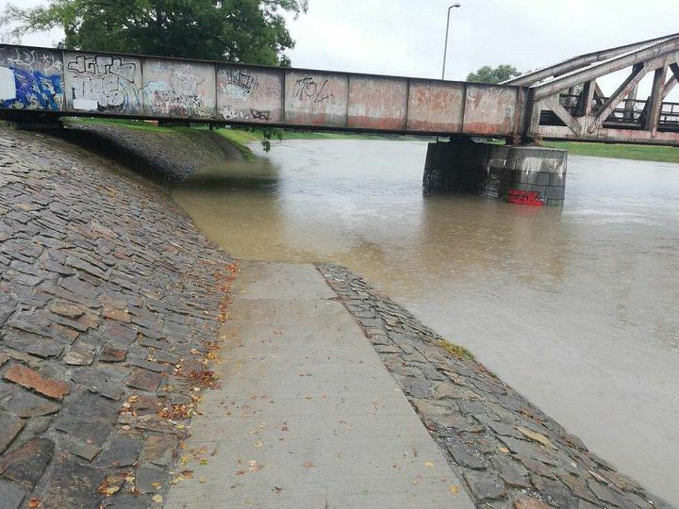 """Vytrvalý déšť ve Zlínském kraji zvedal hladiny řek. Podchod pod """"železňákem"""" v Uherském Hradišti."""