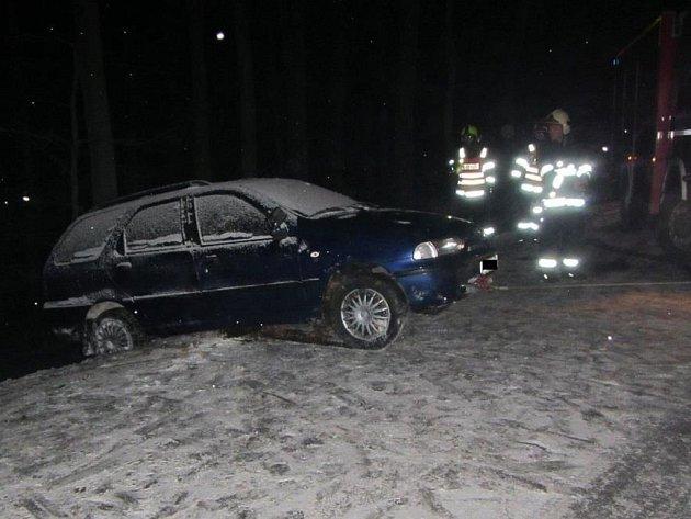 Řidič narazil ve Zlíně do sloupu, další málem sjel ze srázu do lesa