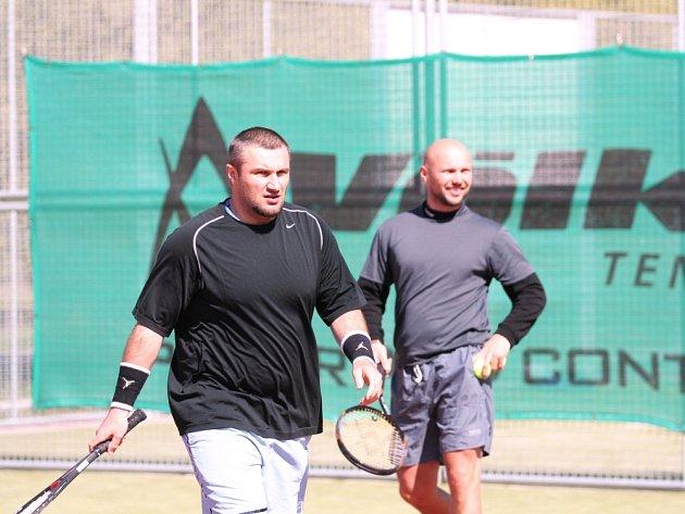 TENIS JE BAVÍ. Martin Hamrlík (vlevo) nemá s raketou v ruce ve zlínském týmu konkurenci, včera mu dělal společníka ve čtyřhře jeho kamarád Petr Leška.