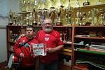 Nejvěrnější fanoušci brumovského fotbalu – Zdeněk Konečný (vpravo) a Marek Strnad. Nechybí na žádném zápase, včetně těch na půdě soupeře, kam Zdeněk Konečný pravidelně vyjždí už dlouhých 39 let!