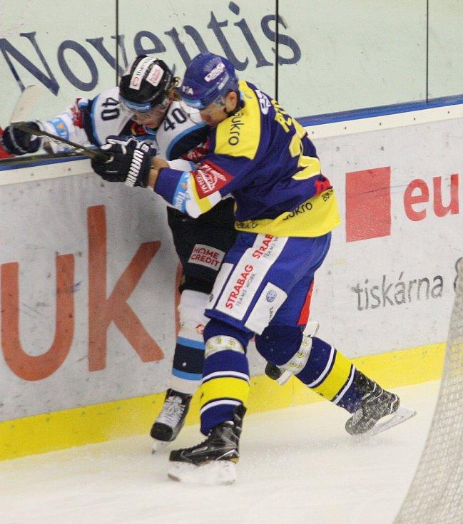 Zlínští hokejisté (v modrém) v 16. kole extraligy doma hostili Liberec. Na snímku zlínský Petran