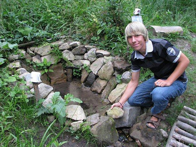Jednou ze studánek, které se rozhodl Lubomír Marušák mladší v rámci projektu obnovit, je i ta Na bídě. Tu musel zrekonstruovat od základů, neboť byla zničena při těžbě dřeva.