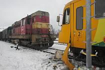 V pondělí po poledni došlo v Brumově-Bylnici ke srážce nákladního vlaku s osobním. Zraněni byli tři lidé.
