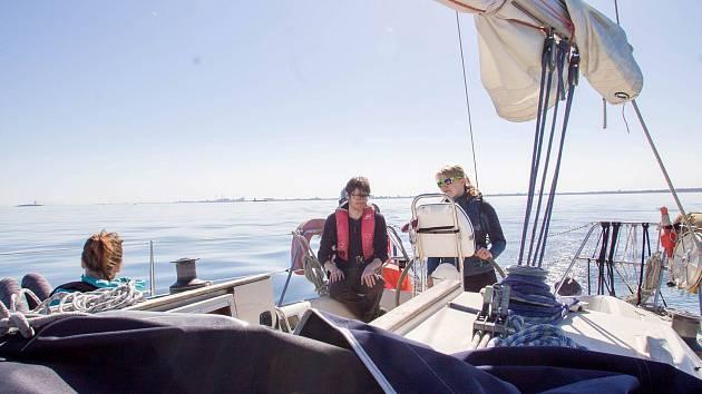 """Domovský přístav jejich expediční lodě """"Midnight Blue"""" dlouhé 38 stop je v dánské Kodani. Tomáš Brázdil a Marie Magdaléna Halatová poplují k ostrovům v Severním ledovém oceánu Špicberkům. V rámci Expedice Icy Serenity je chtějí obeplout."""