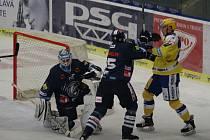 Hokejový útočník PSG Zlín Robert Říčka (vpravo) dává góly a nebojí se ani šarvátek se soupeři.