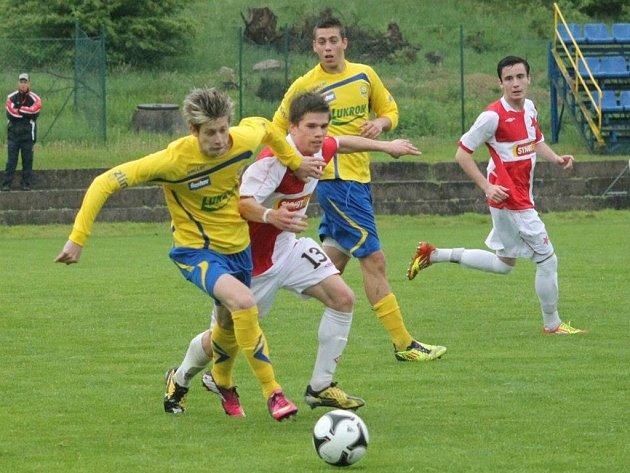 Roman Macek mladší, fotbal Zlín (ve žlutém). Ilustrační foto z roku 2013.