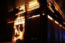 Požár zachvátil halu, kde byly uskladněny balíky se slámou.