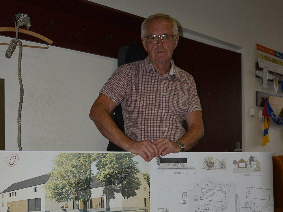 Vesničce Újezd na Zlínsku chybí podle místních snad jen moře. Na snímku z 26. srpna 2021 starosta Vladimír Kráčalík se studií nového kulturního domu.