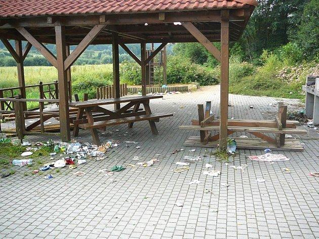 Vandalové poničili posezení u cyklostezky na Vršavě.