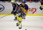 Zlínští hokejisté (ve žlutých dresech) hostili ve 33. kole extraligy Plzeň.