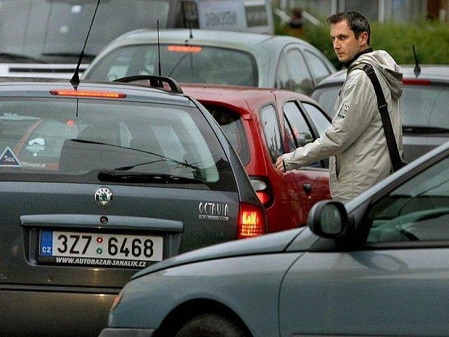 Obvyklá situace na zrušeném rizikovém přechodu v Dlouhé ulici pod výjezdem z Kvítkové. Fotografie z roku 2010