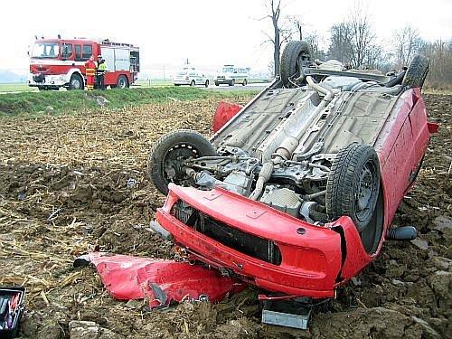 Řidič osobního vozu zn. Fiat Punto nezvládl řízení, dostal smyk a skončil v poli.