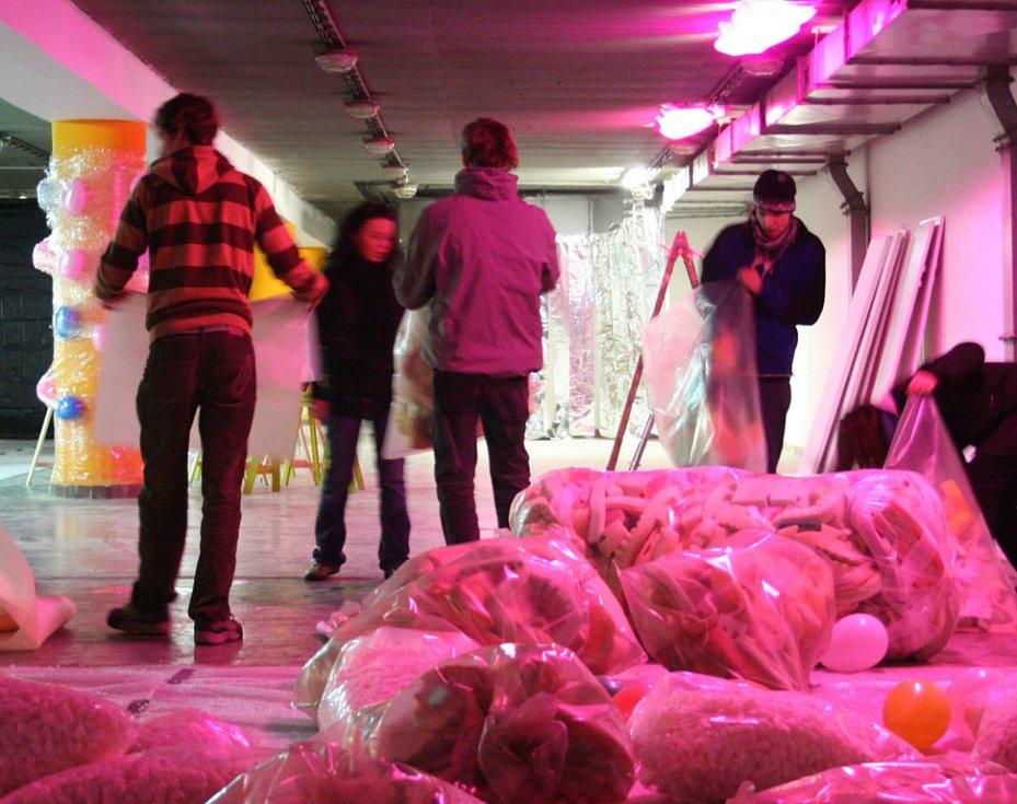 Studenti UTB ve Zlíně promítali v podzemní části parkoviště Zlaté jablko film o UFO