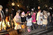 Výstava betlémů a zpívání u vánočního stromu v Neubuzi.