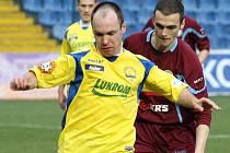 Martin Hruška (ve žlutém, fotbal Zlín)