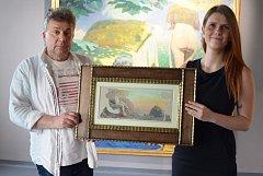 Galeristé Pavel Chmelík a Michaela Orbesová s obrazem Františka Kupky