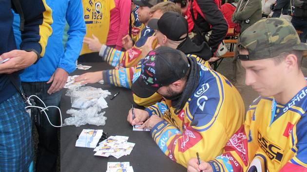 V rámci zahájení sezony s fanoušky představil klub i originální třetí sadu dresů, ve které hokejisté Zlína odehrají dva zápasy s Olomoucí a Vítkovicemi.