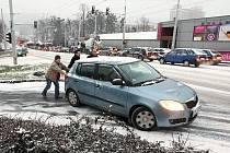 První prosincový sníh způsobil řidičům spoustu nepříjemností.