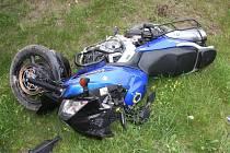 Takto dopadl boční střet motorkáře s osobním vozem. Došlo k němu v úterý odpoledne na zlínské Štefánikově ulici.