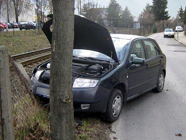V betonovém sloupu ve zlínské ulici Hornomlýnská skončila se svým autem třiatřicetiletá žena z Uherského Hradiště.