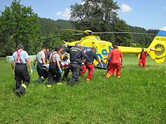 Do výkopu spadl dělník. Rychlou pomoc poskytl vrtulník Eurocopter EC 135 T2.