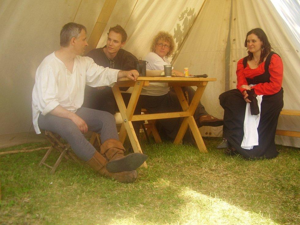 Středověký den pro návštěvníky hradu Brumova připravila skupina historického šermu království valašského Valmont.