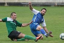 Slušovičtí fotbalisté (modré dresy) proti Velkým Karlovicím. Ilustrační foto