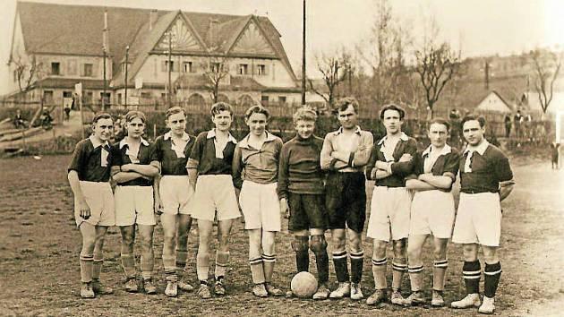 SPORTOVNÍ DUCH. Oddíl SK Vizovice v roce 1933. Kopaná se už za první republiky těšila ve Vizovicích velké oblibě, zápasy bývaly společenskou událostí. Hrávalo se na hřišti pod sokolovnou.